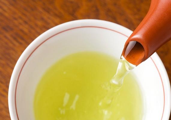 Végül, de nem utolsósorban naponta egy, de akár két csésze tiszta zöld teát is megisznak, amely antioxidáns hatásának köszönhetően védi a bőrt mindennemű károsodástól, ezáltal rugalmasabbá teszi azt.