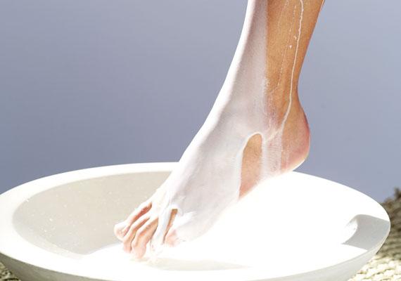 A legegyszerűbb és leghatékonyabb módszer, ha reggel és este hidratálod a bőrt, ügyelj azonban a testápoló összetételére, esetleg válassz növényi olajat az ápoláshoz.