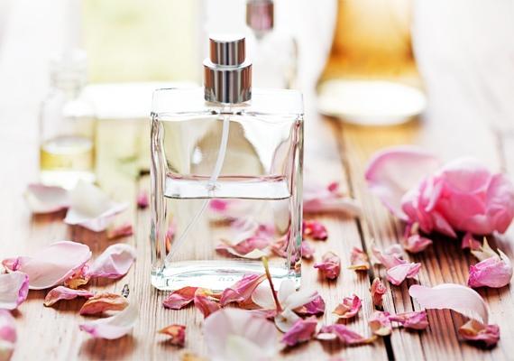 A parfüm kényes dolog, mert mindenki más illatokat szeret. Emiatt óvakodj attól, hogy illatfelhőbe burkold magad, ugyanis könnyen előfordulhat, hogy a veled szemben ülők nem díjazzák majd azt. A legkevesebb rizikót azzal vállalod be, ha nem is viselsz egyáltalán!