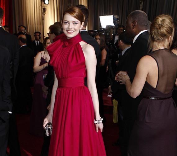 Emma Stone 2012 stílusikonja lett. A most éppen szőke színésznő stylistjának, Petra Flannerynek is köszönheti mindig emlékezetes külsejét, azonban egy interjúban elárulta, hogy divat terén a legjobb tanácsot édesanyjától kapta, aki azt mondta neki, hogy arra mindig figyeljen, hogy a melltartópántja ne lógjon ki, és ne menjen kinyúlt mackóban az utcára.