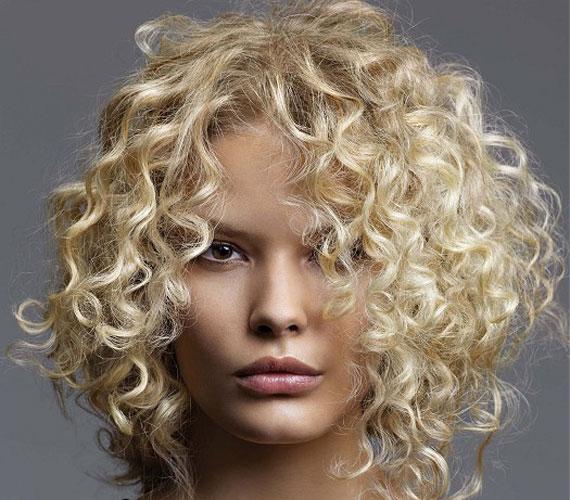 A göndör fürtök elállnak a fejbőrtől, és össze is ugranak, így kényelmesebb az egész frizura, mintha egyenesen hagynád.