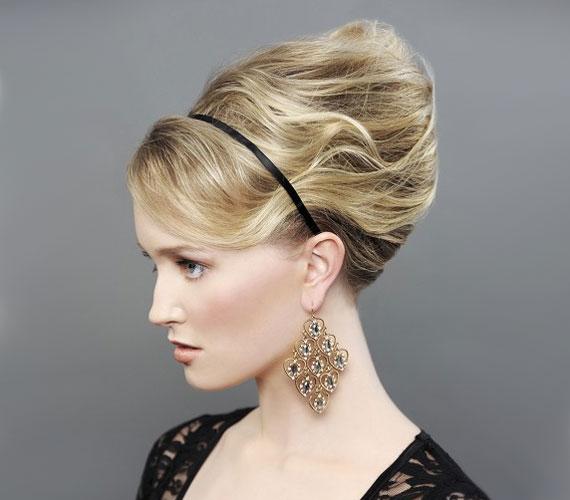 A konty is jó megoldás lehet, legyen szó bonyolultabb kreációról vagy egyszerű balerinakontyról. Egy szimpla hajpánttal még nőiesebbé teheted.