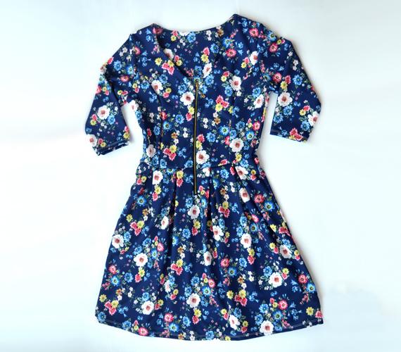 A derékban karcsúsított, bő szoknyarésszel készült ruhák között az apró mintás darabok is segítenek elmosni és újrarajzolni az alakod pontos körvonalait.                         A képen látható bájos, virágos ruha rövidségétől sem kell tartanod, egy sötétkék harisnyával remekül fog állni. Ezt a modellt 4500 forintért veheted meg az AsiaCenterben.