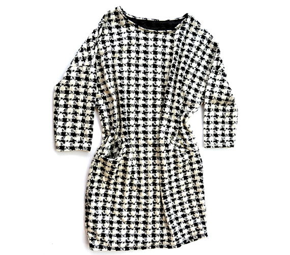 A tyúklábminta továbbra is nagyon divatos, és ez a darab az irodába is remek választás, mert a klasszikus mintához modern szabás társul, így sokkal érdekesebb, mint egy hagyományos kiskosztüm. Ez a minta és a laza szabásvonal úgymond elrejti az alakod, ezért akkor ajánljuk, ha van egy kis pocakod.                         Az AsiaCenterben tudod megvenni a ruhát 3500 forintért.
