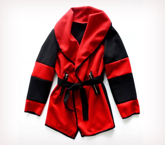 Még a piros is lehet karcsúsító, ha széles gallérral és sötét felkarrésszel szabják. Ha szereted a pirosat, akkor próbáld fel ezt a kabátot az AsiaCenterben, és vedd meg mindössze 5500 forintért.