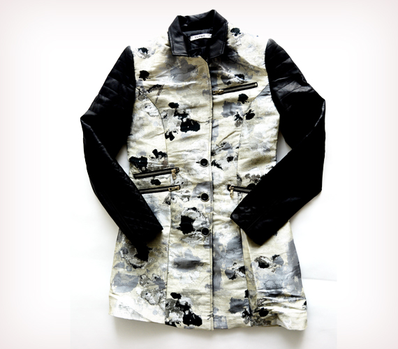 Ha azonban nem szereted a derékban megkötős kabátokat, akkor válassz A-vonalú, fekete ujjrésszel készült darabot. A képen látható kabát az AsiaCenterben kapható 9500 forintért.
