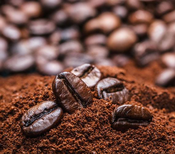 Keverj össze darált kávét, ne zaccot, egy kevés aloe vera zselével, és lapogasd a szemed alá. Figyelj, hogy a szemedbe ne menjen. 10-15 perc múlva mosd le. A kávé lehúzza a duzzanatot és felpörgeti a vérkeringést, így a karikákat is eltünteti. Az egész arcra használhatod.