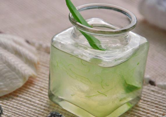 Az aloe vera selé önmagában is nagyon jól használható, sokszor ugyanis a karikákat a dehidratáltság okozza. Minden este kenj fel vastagon a szemed alá ebből a csodaszerből. Nem kell lemosni.