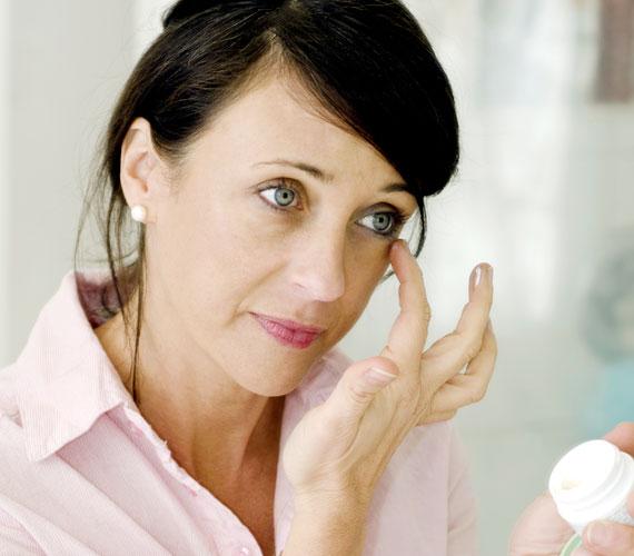 30 éves kor felett válassz olyan szemránckrémet, amiben retinol van, ez az A-vitamin egyik formája, és a legerősebb ránctalanító. Az is fontos, hogy elég zsíros legyen a készítmény. A szem körül alkalmazandó zselékben semmi keresnivalója az alkoholnak, ezt ellenőrizni kell az összetevők listáján, mert csak szárítja bőrt.