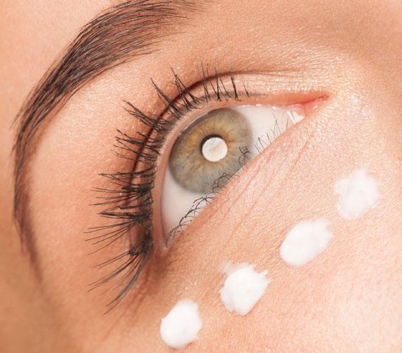A szemkörnyéknek fontos az ápolás, de nem szabad túlzásba esni. A túl sok szemránckrém felpuffaszthatja a bőrt, és egyáltalán nem tünteti el jobban a ráncokat, mint a mértékkel alkalmazott mennyiség.