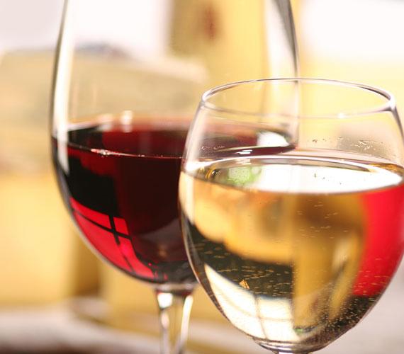 Sokan szeretik azzal nyugtatni magukat, hogy a bor kifejezetten jót tesz a szervezetnek. Kis mennyiségben talán igen, magában, kísérőpálinka nélkül. Ha bulizol, fogyassz elegendő vizet, és ne igyál túl sokat, mert puffadt lesz a szemed, hosszú távon pedig mély ráncok alakulnak ki.