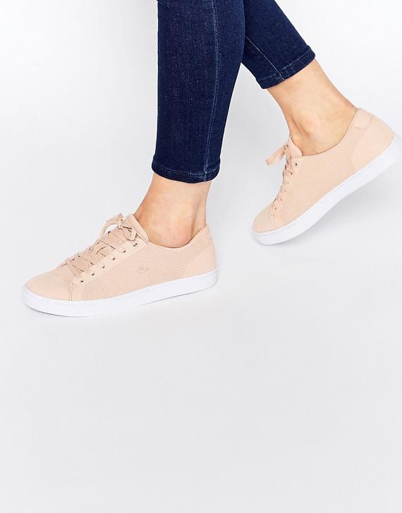 A nyáron is divatos sportcipőszerű, de valójában csak külsejében hasonló cipők többsége sajnos továbbra sem alkalmas a sportolásra. Ezek a csinos lábbelik inkább hosszú sétákra, mint edzésre vannak tervezve, így sérülésveszélyesek, és könnyen feltörik a lábadat. Ha sportolsz, válassz erre a célra kialakított cipőt, és ne felejts el bele titokzoknit húzni a gomba megelőzésére!