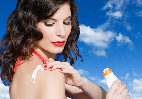 Dr. Ariel Ostad szerint felesleges állandóan napvédőt használni, főleg olyan rövid időre, amíg például elsétálsz a metróig. Egyrészt a napvédők pattanásokat okozhatnak, másrészt akadályozzák a D-vitamin-termelést. Mondjuk, attól senkinek nem lesz megfelelő a D-vitamin szintje, hogy tíz percet a napon tölt.