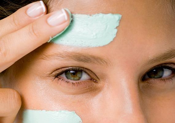 A zsíros bőrnek nincs szüksége állandó krémezésre, mondja Dr. Rebecca Baxt. Éjszakára szabadon hagyható a bőr, hiszen visszazsírozza magát. Ugyanakkor nem szabad túlszárítani sem, az erős alkoholos, szalicilos termékek még több zsírtermelésre ösztönzik a faggyúmirigyeket.