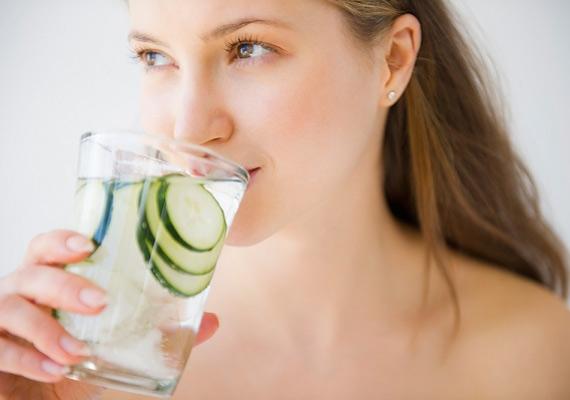 A doktornő szerint a sok víz ivása nem hidratálja a bőrsejteket, így nem szabad azt várni, hogy szebb lesz a bőrkép a sok folyadékfogyasztástól, ehhez szerinte hidratáló krém kell. Azért hozzáteszi, hogy az egészség szempontjából elengedhetetlen.
