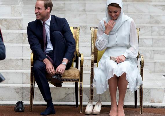 A púderszínű platformcipő Kate Middleton védjegyévé vált, többször a szemére vetették, hogy túl gyakran viseli. Otthon biztos van neki belőle jó néhány pár.