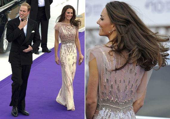Jenny Peckham tervezőnő ruháit nagyon szereti Katalin hercegné. Itt az volt a probléma, hogy kilátszott a melltartópánt.