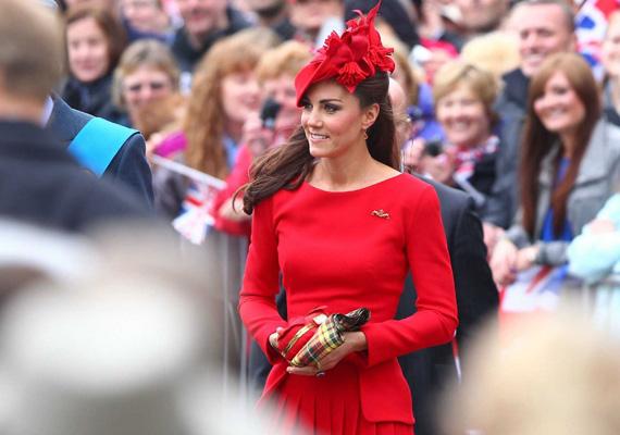 A királynő gyémántjubileumán viselte ezt a piros ruhát, egyesek szerint ellopta a show-t, de biztosak lehetünk abban, hogy előtte egyeztettek Erzsébettel.