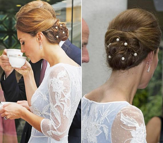 Kissé öregíti Kate Middletont ez a frizura, a gyöngyök pedig teljesen feleslegesek.