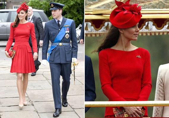 A Temzénél rendezett hajóparádéra szintén egy Alexander McQueen által tervezett ruhát választott.