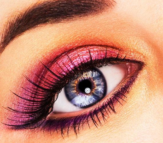 A kék szemhez remekül passzol az erős kontúr, a rózsaszín szemhéjpúder egy kis arany beütéssel.