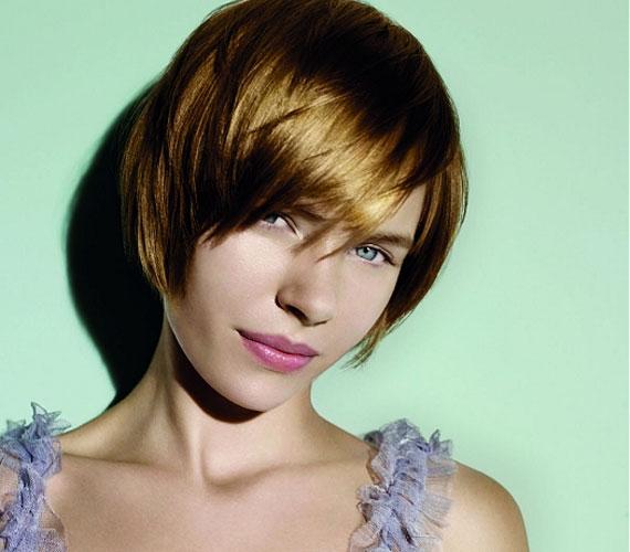 A rövid hajhoz is passzol a frufru, ez a szín pedig éveket fiatalíthat viselőjén.