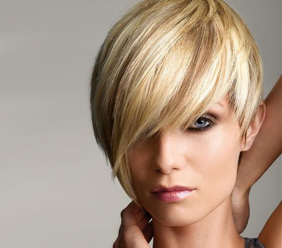 A fejtetőn lévő rövidebb tincsek dúsabbnak mutatják a hajat.