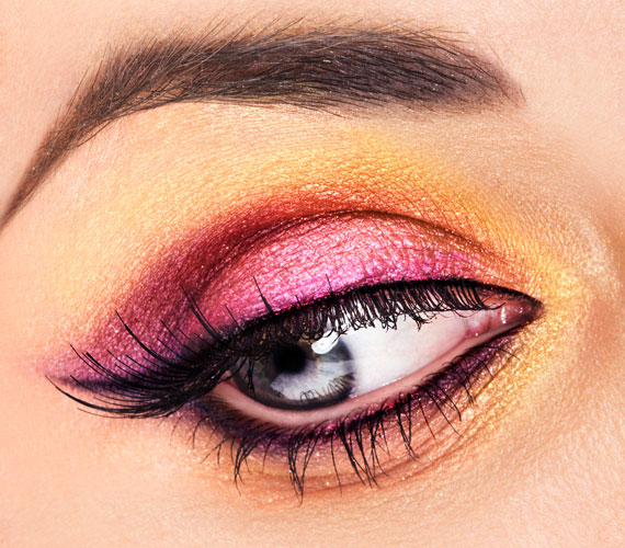 A szürkéskék szemeket szépen hangsúlyozza az élénk rózsaszín.