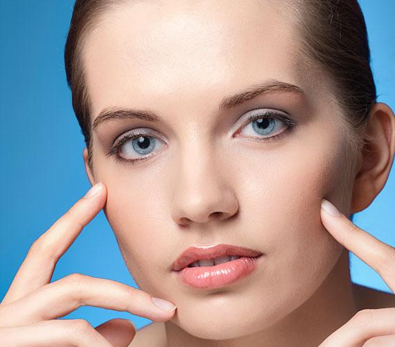 Egy leheletnyi púder, szájfény, valamint ujjbeggyel felvitt szemfesték egy élénk árnyalatban bőven elég a kánikulában.