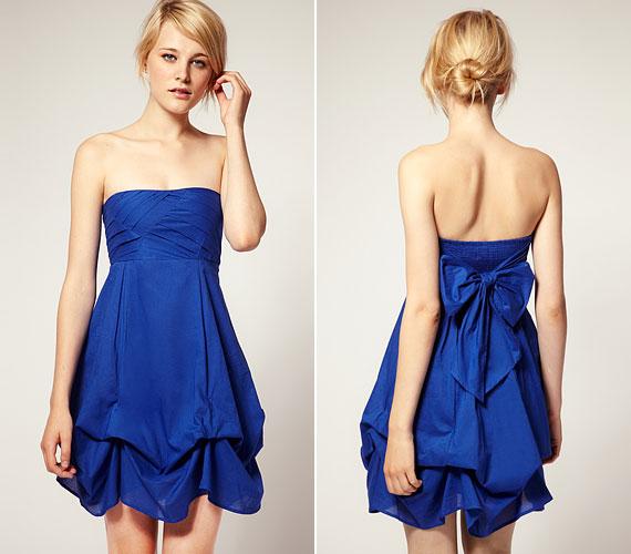 Laza esküvőre tökéletes ez a kék, pánt nélküli darab. A mellrész lehet a képen látottnál egyszerűbb.