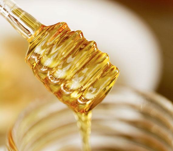 A méz fertőtlenít, és vitaminokkal látja el az arcbőrt, minden pakolásba érdemes tenni egy picit.