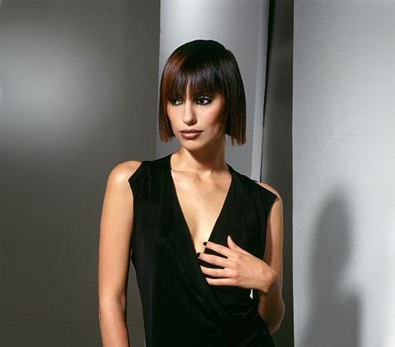 Ez a Kleopátra-frizura kevés hajból is elkészíthető, az egyenes vágást nem zavarja a lelapuló haj.