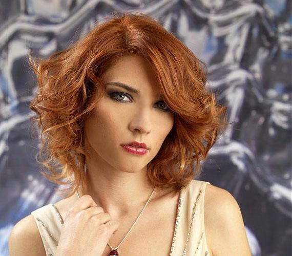 A hullámos frizura azért jó, mert a göndör tincsek megtartják egymást alulról, így a fejtetőn se lapul le a haj. Használj diffúzoros hajszárítót vagy nagy csavarókat a frizura elkészítéséhez.
