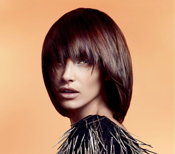 Ha kevés a hajad, nem kell félni a vasalástól, de nem árt az egyenes tincsekhez sötét színt választani.
