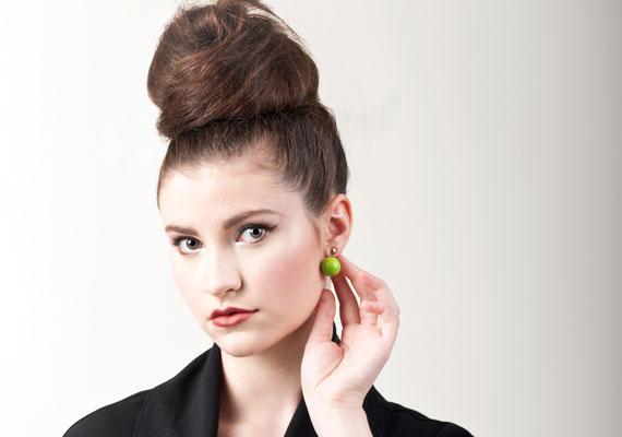 A fejtetőre halmozott frizurához valóban hosszú haj szükséges. Ilyenkor a lófarkat a füleddel egy vonalban kösd meg. A végén hajlakkal rögzítsd.