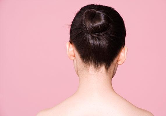 A legegyszerűbb, ha a hajadat lófarokba fogod, és erősen feltekercseled, majd francia csatokkal rögzíted.