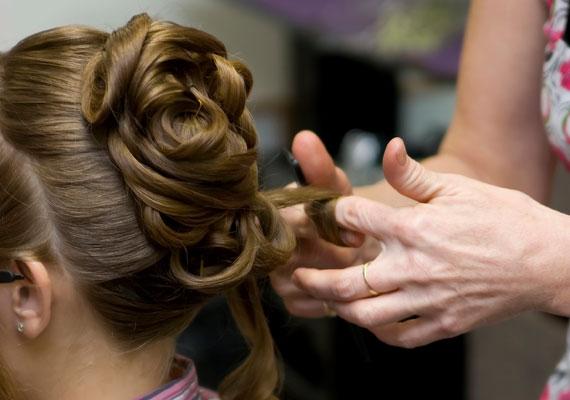 Bár nehéznek tűnik, ezt a frizurát is elkészítheted otthon. A lófarkat szedd vékony tincsekre, a hajat pedig waxos ujjakkal csavard fel, majd külön-külön rögzítsd a tincseket.