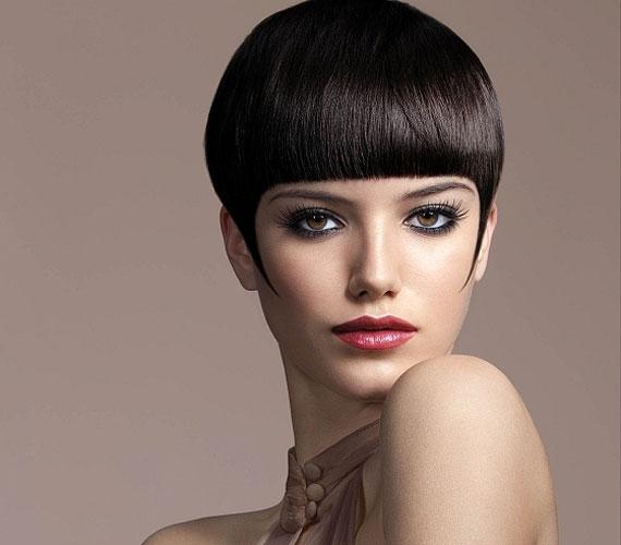 Válaszd a klasszikus gombafrizurát, ha szeretnéd kiemelni a szemeidet. Egyenes hajból érdemes vágatni.
