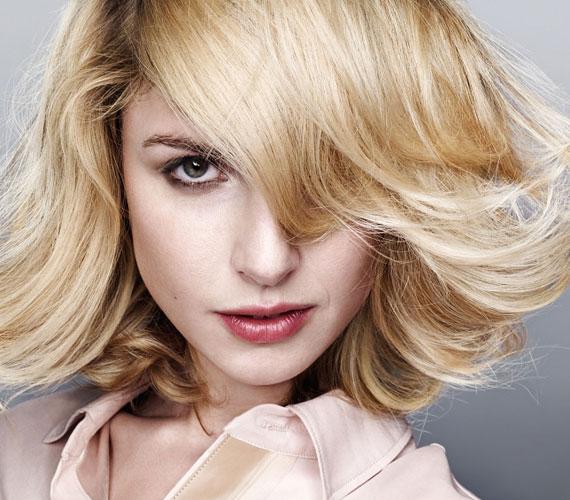 Madonna hozta divatba ismét a Charlie-frizurát, ami a kifelé szárítás miatt hat dúsnak.
