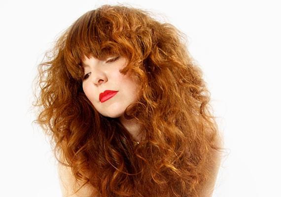 Oroszlánsörényt is viselhetsz. Régi hollywoodi trükk, hogy az összes hajat előrefésülik a vállaknál.