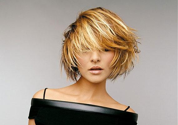 A tépett, előrefésült frizura mindig jó, főleg, ha waxszal sodrod össze a tincseket.