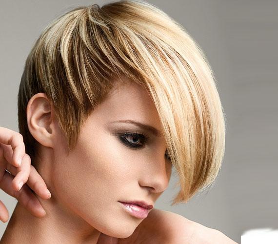 A most nagyon divatos féloldalas frizura rövid részénél kivilágíthat a fejbőr.