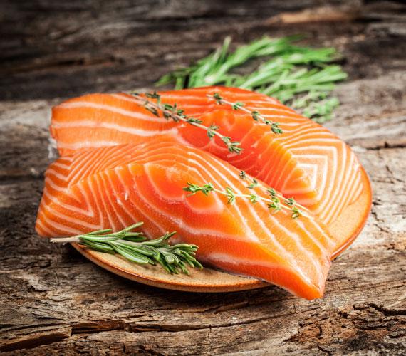 A lazac nagyon jót tesz a bőrnek, egyrészt a zsírsavak miatt, másrészt azért, mert tele van bőrvédő A-vitaminnal, ami antioxidáns is. Hal amúgy is jó, ha sokszor szerepel az étlapon.