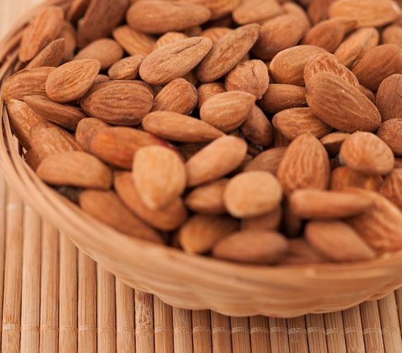 A mandulában lévő olaj és zsírsavak normalizálják a bőr faggyúháztartását, késleltetik a ráncok kialakulását, a benne lévő E-vitamin pedig antioxidánsként viselkedik.