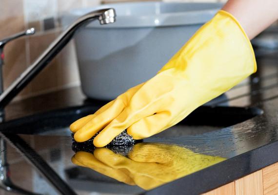 Nem csupán az erős vegyszerek, de a szimpla mosogatószer használata is irritálja a bőrt, ezért minden esetben érdemes kesztyűt húzni, ha takarításba kezdesz.