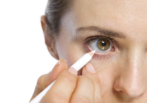 4e036c7c8af9 Kis szem esetén kerüld a vízvonal feketével történő kihúzását, mert  optikailag még jobban kicsinyít.