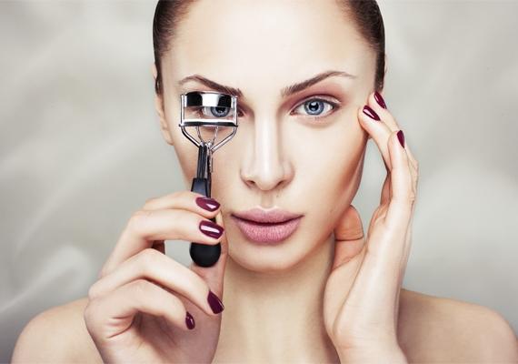22fa2b5128a5 Amennyiben spirálozás előtt szempilla-göndörítőt használsz, az remekül  megnyitja a tekinteted, a szem