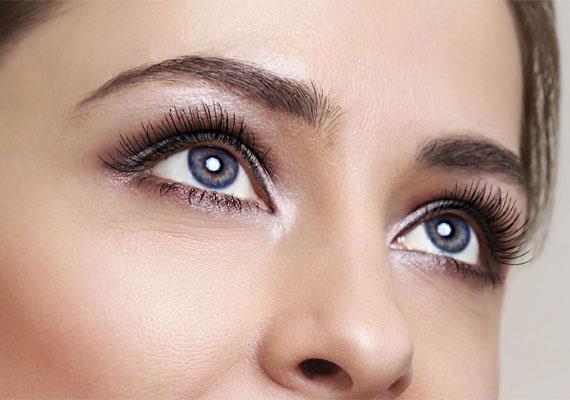 d2c8ac7097e9 A szem belső sarkába és a mozgó szemhéjra vigyél fel egy világos, fényes  színt,