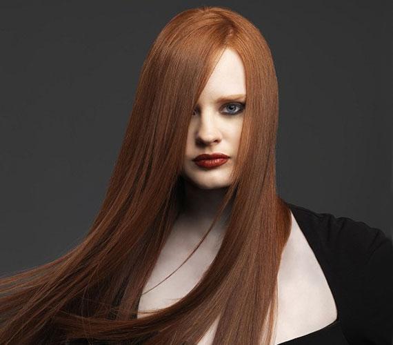 A vörös haj gyakran gyenge, ezért az egyenes, épphogy tépett frizura jó választás.