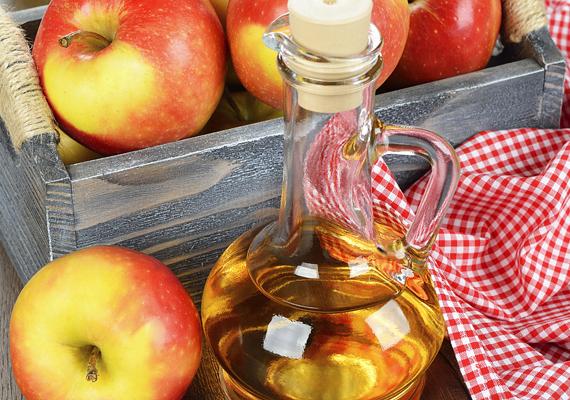 Az almaecet gombaölő hatású, ezért hatásos korpa elleni hajöblítőt készíthetsz belőle, ha 1 liter hideg vízhez fél liter ecetet adsz. A keveréket hajmosás után öntsd a hajadra, és masszírozd be a fejbőrbe. Ha végeztél, ne mosd ki. Ide kattintva további korpa elleni szerekről olvashatsz!